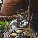 Chocolates en la habitación. Bungalow del exclusivo hotel Rayavadee. HAT PHRA NANG. Krabi. Tailandia