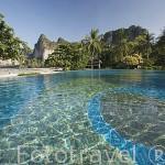 Piscina y playa. Hotel Rayavadee. HAT PHRA NANG. Krabi. Tailandia