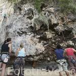 Jovenes escalando uno de los riscos calcareos en RAILAY, cerca de Krabi.Tailandia