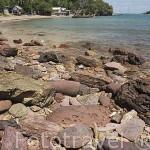 Playas de piedras cerca de BAN KO LANTA (BAN SI RAYA, Ciudad Vieja). Isla de Ko Lanta. Mar de Andaman. Tailandia