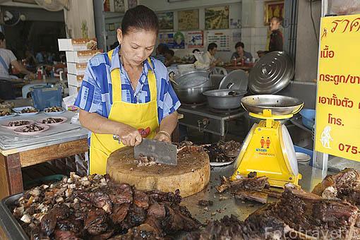 Cerdo asado a la venta en un restaurante. Centro de la ciudad de TRANG. Tailandia