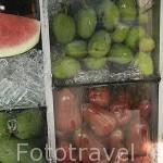 Fruta variada a la venta en un puesto de la calle. Ciudad de TRANG. Tailandia