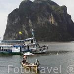 Barco de pescadores y otro turistico frente a las playas de TRANG. Mar de Andaman. Tailandia