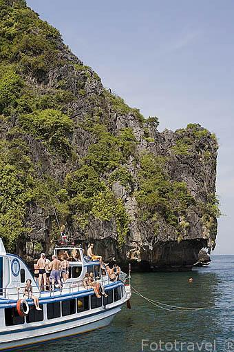Barco y turistas navegando. cerca de la isla de KO MA. Mar de Andaman, cerca de Trang. Tailandia