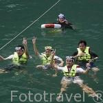 Turistas sacandose una foto despues de hacer snorkel en la zona. Isla de KO KRADAN. Mar de Andaman, cerca de Trang. Tailandia