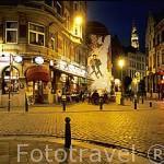 La calle Lombart y restaurante Platesteen. Dibujos de comics en la fachada de una casa antigua. BRUSELAS. Belgica