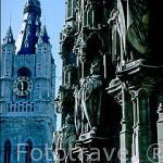 Esculturas y la torre de la iglesia de Belfort. GANTE. Belgica