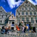 El paseo Graslei (junto al rio Lys) y antiguas casas gremiales . El primer puerto de la ciudad de GANTE. Belgica