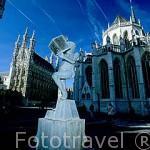 Plaza del gran mercado. Al fondo el Ayuntamiento, a su derecha la iglesia de San Pedro. LOVAINA. Belgica