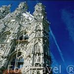 Fachada lateral del Ayuntamiento (Stadhuis) Gotico, iniciado en 1448. Las imagenes de su fachada datan del s.XIX. LOVAINA. Belgica