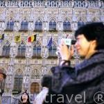 Fachada del Ayuntamiento (Stadhuis) Gotico, iniciado en 1448 y turistas. Las imagenes de su fachada datan del s.XIX. LOVAINA. Belgica