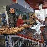 El panadero de la tienda de Abigail con sus pasteles. Justo al lado del metrocable. Barrio de Santo Domingo. MEDELLIN. Departamento de Antioquia. Colombia