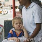 Jorge con su padre, uno de los pocos niños rubios del barrio de Santo Domingo. MEDELLIN. Departamento de Antioquia. Colombia