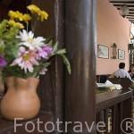 Florero en el restaurante de estilo colonial La Aguacatala. MEDELLIN. Colombia