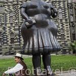 Plaza Botero..Obras de Fernando Botero. Detras el Palacio de la Cultura. MEDELLIN. Colombia