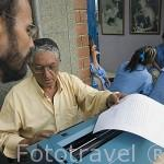 Un transcriptor redactando un informe legal en la calle, junto a la plaza Botero. MEDELLIN. Departamento de Antioquia. Colombia