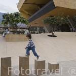 Chicos jugando en el Parque de los Deseos. Detras el edificio del Palacio de la Musica. MEDELLIN. Departamento de Antioquia. Colombia