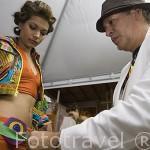 El diseñador Hernan Zajar dando los ultimos retoques a las modelos antes del desfile. MEDELLIN. Departamento de Antioquia. Colombia