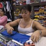 Comercios de todo tipo en el interior de un centro artesanal en la calle Junin. Chica con pechos operados habitual en la ciudad de MEDELLIN. Departamento de Antioquia. Colombia