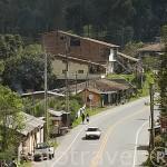 Carretera atravesando El Retiro. En las afueras de MEDELLIN. Departamento de Antioquia. Colombia.