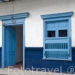 Casa con puerta y balcones de madera. Pueblo colonial de SAN ANTONIO. Alrededores de la ciudad de Medellin. Departamento de Antioquia. Colombia.