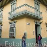 Casa con balcones de madera. Pueblo colonial de SAN ANTONIO. Alrededores de la ciudad de Medellin. Departamento de Antioquia. Colombia.
