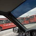 Autobuses Transmilenio circulando por su carril independiente al trafico privado. BOGOTA. Colombia