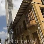 Mezcla de edificios modernos (Avianca) y coloniales junto al parque Santander. BOGOTA. Colombia.