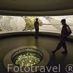Sala de videos con numerosas piezas de oro. Museo del Oro. BOGOTA. Colombia