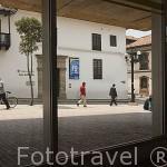 Vista de una calle desde el interior de la Biblioteca Luis Angel Arango. Barrio de la Candelaria. BOGOTA. Colombia.