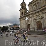Fachada de la catedral Primada y ciclistas. En la Plaza de Bolivar. BOGOTA. Colombia