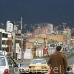 La ciudad de BOGOTA, a 2600 metros de altura, rodeada de montañas andinos. Colombia