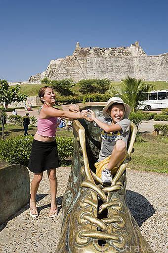 Monumento a los Zapatos Viejos, en homenaje al poeta Luis Lopez. Ubicado en la parte trasera de la fortaleza de San Felipe. CARTAGENA DE INDIAS. Colombia