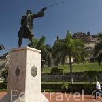 Estatua de Blas de Leso, defensor de la ciudad de CARTAGENA DE INDIAS. Detras la fortaleza de San Felipe. Colombia