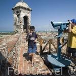 Turistas. Fortaleza de San Felipe. (obra militar, construido entre 1536 y 1657) y la ciudad de CARTAGENA DE INDIAS. Colombia