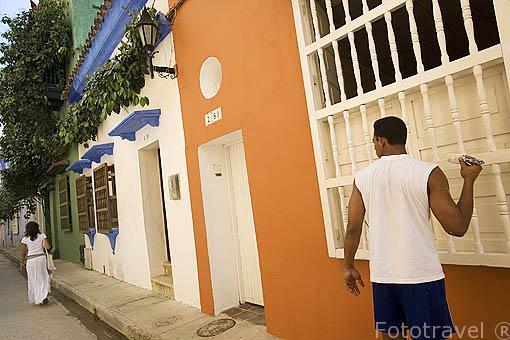 Pintado la fachada de una casa. Callejon de los Estribos. Ciudad Vieja. CARTAGENA DE INDIAS. Colombia