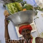 """Una mujer """"palenquera"""" vendiendo fruta en la Ciudad Vieja. CARTAGENA DE INDIAS. Colombia"""