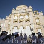 Teatro Heredia y colegiales recien graduados, construido sobre las ruinas de la iglesia La Merced. Es monumento Nacional. Ciudad Vieja. CARTAGENA DE INDIAS. Colombia