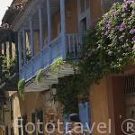 Calle con balcones en madera. Ciudad Vieja. CARTAGENA DE INDIAS. Colombia