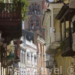 Calle con balcones en madera, al fondo la torre (estilo florentino) del Convento de San Agustin, sede de la Universidad de Cartagena. Ciudad Vieja. CARTAGENA DE INDIAS. Colombia