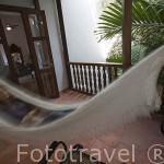Habitación y hamaca. Hotel Casa del Arzobispo con patio estilo colonial. Ciudad Vieja. CARTAGENA DE INDIAS. Colombia