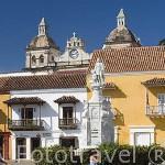 Vista de la iglesia y Monasterio San Pedro Claver desde la Plaza de la Aduana. Ciudad Vieja. CARTAGENA DE INDIAS. Colombia