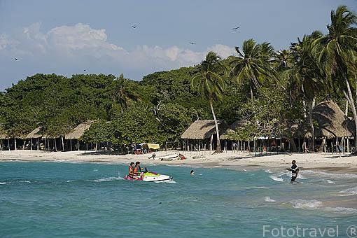 Tomando el sol en Playa Blanca. Islas del Rosario. Mar Caribe. CARTAGENA DE INDIAS. Departamento de Bolivar. Colombia
