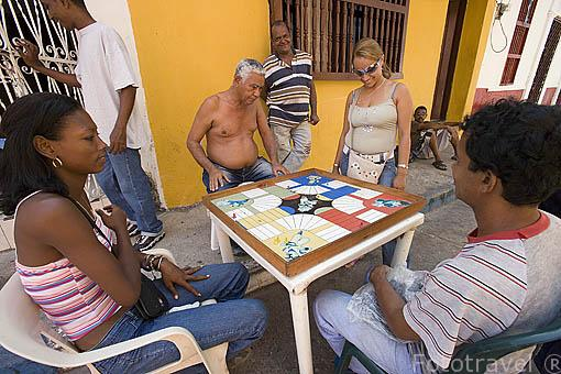 Vecinos del barrio de Getsemani jugando al parchis en una calle junto a sus casas. CARTAGENA DE INDIAS. Colombia