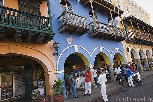Casas con fachadas coloridas y soportales en el Portal de los Dulces. Centro historico de CARTAGENA DE INDIAS. Colombia