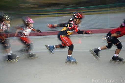Jovenes patinadores en el parque del Centenario. Centro historico de CARTAGENA DE INDIAS. Colombia