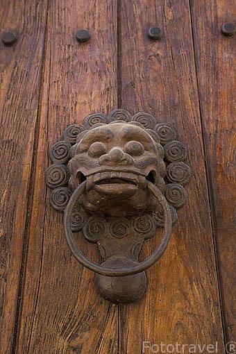 Aldaba en la puerta de una casa. Centro historico de CARTAGENA DE INDIAS. Colombia