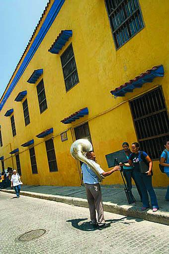 Trasladando instrumentos musicales para tocar cerca de la Escuela de Bellas Artes. Centro historico de CARTAGENA DE INDIAS. Colombia