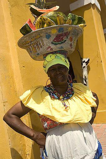 Palanquera con traje tipico y frutas. Detras Las Bovedas. CARTAGENA DE INDIAS. Colombia