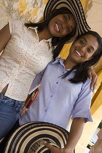 Dos amigas (Angelica y Devaski Rincon) con sombreros volteados. CARTAGENA DE INDIAS. Colombia
